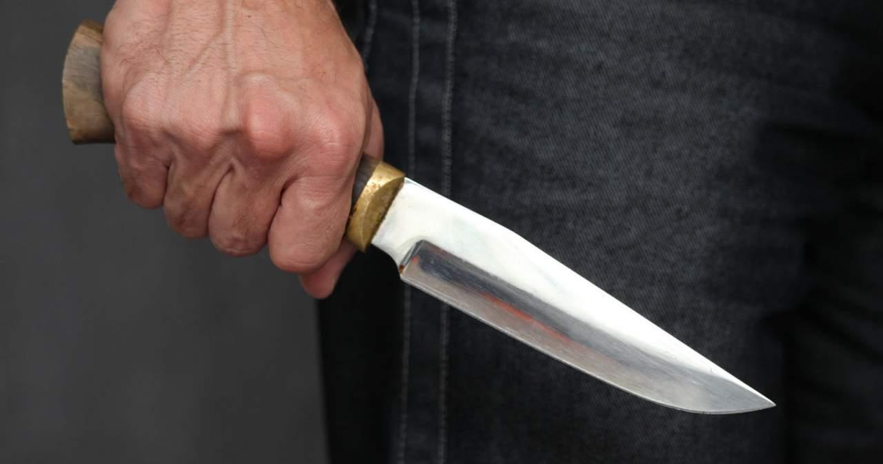 Во дворе пятиэтажки обнаружили труп мужчины с многочисленными ножевыми ранениями