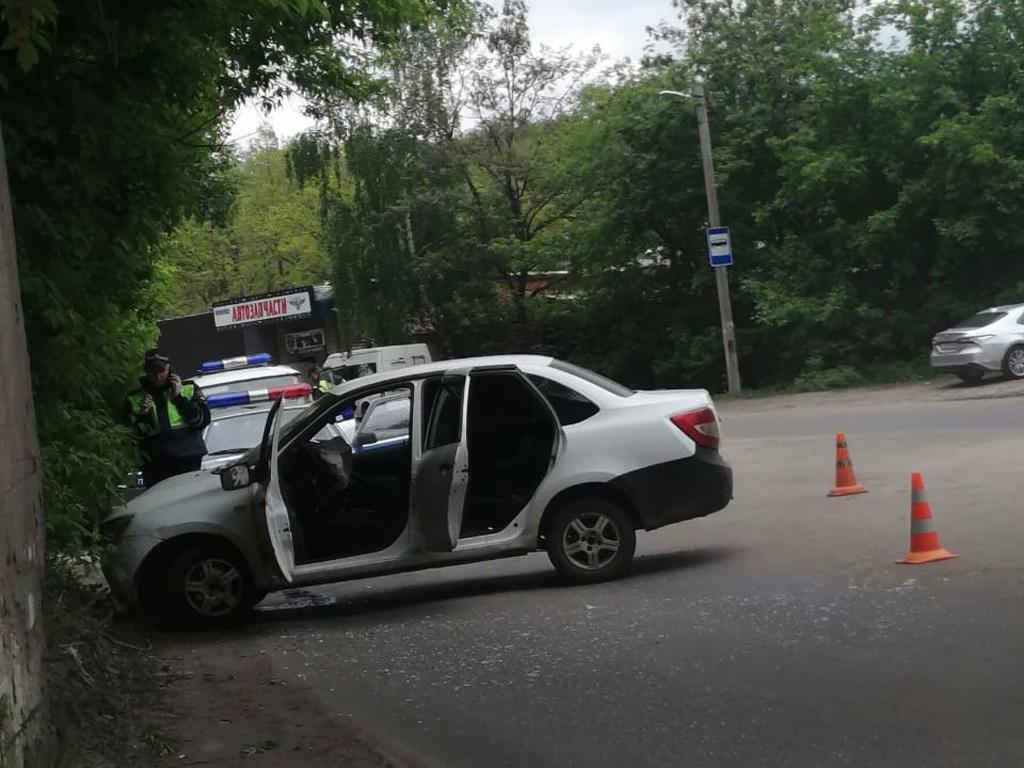 В Котовске «Лада Гранта» врезалась в опору моста: пострадала девушка